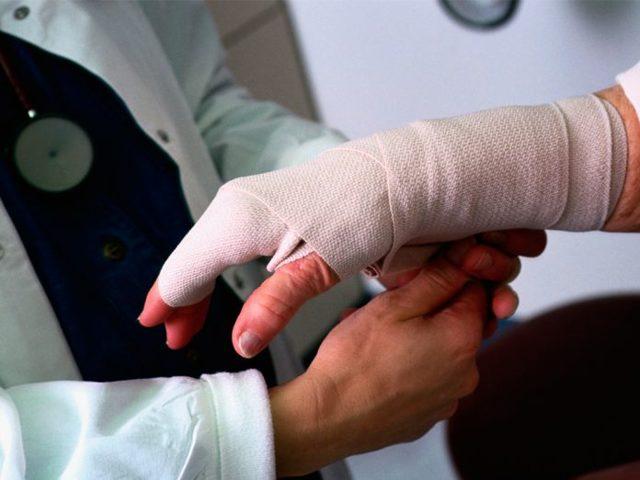 Производственная травма по пути на работу или по дороге домой: считается ли производственным увечье, полученное в обеденный перерыв, вне территории работодателя