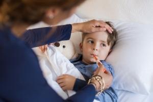 Больничный по уходу за ребенком бабушке: дают ли лист, если мама ребенка работает, болеет дома или в больнице, как оплачивается и оформляется листок нетрудоспособности?