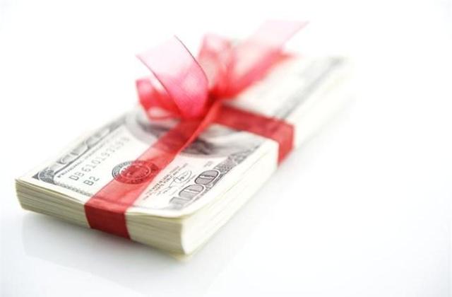 Материальная помощь к юбилею: к празднику всем сотрудникам, налогообложение выплат в связи с праздничными датами