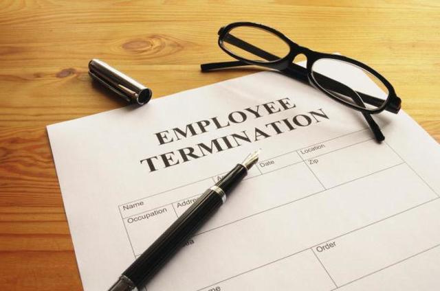 Массовое увольнение работников на предприятии: критерии, условия, при которых может осуществляться процедура, как определить, что сотрудников увольняют массово?