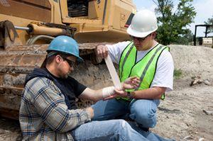 Выплаты при несчастном случае на производстве: какие компенсации положены сотруднику от работодателя, какие пособия выплачиваются ФСС – размеры, сроки
