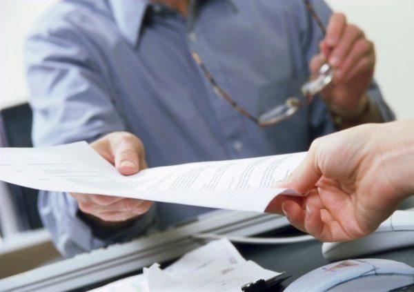 Расторжение срочного трудового договора по инициативе работника: возможно ли по ТК РФ увольнение временного сотрудника досрочно по собственному желанию?