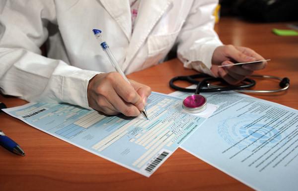 Больничный лист не по месту прописки: можно ли получить без полиса, как взять в другом городе, можно ли открыть в одной поликлинике, а закрыть в другой