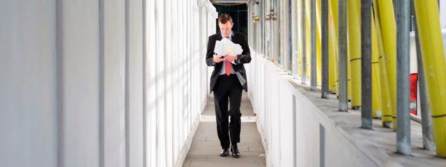 Ответственный за охрану труда в организации: кто отвечает за технику безопасности, если на предприятии более или менее 50 человек, порядок назначения лица