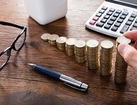 Страховые взносы с премии: облагаются ли годовые, квартальные, разовые выплаты к празднику, юбилею налогом, как начисляются и когда платить – пример расчета