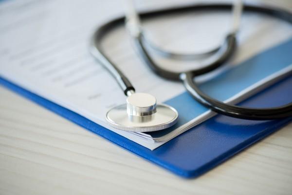 Больничный в праздничные дни: выгодно ли брать лист нетрудоспособности в праздник, как оплачивается это время, как считается пособие, пример для 2018 года